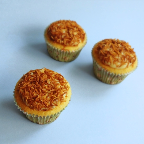 cupcakes de baunilha com brigadeiro de leite de coco